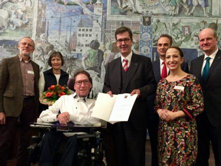 Oberbürgermeister Christian Schuchhardt überreicht Bürgersozialpreis, links Julian Wendels Eltern, rechts Sozialreferentin Hülya Düber und Vertreter des Lion Clubs Würzburg.