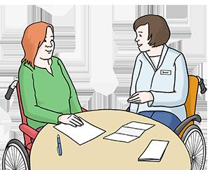 Zwei Personen im Rollstuhl sitzen an einem Tisch und die eine Person berät die andere.