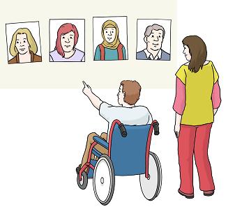 Mann im Rollstuhl zeigt seiner Begleiteri, wen er als seinen Assistenten einstellen möchte.