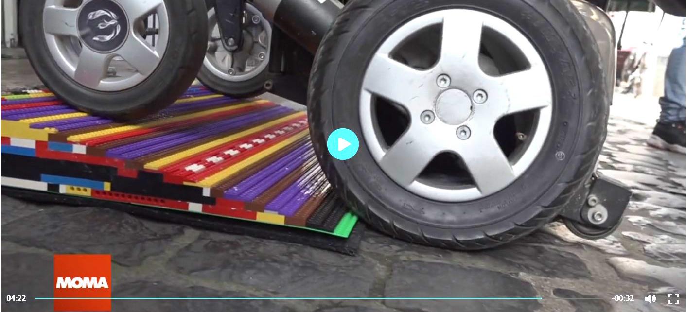 E-Rollstuhl auf Legorampe