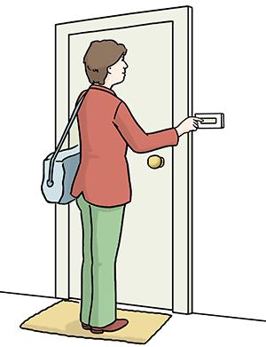 Eine Frau klingelt an einer Haustür